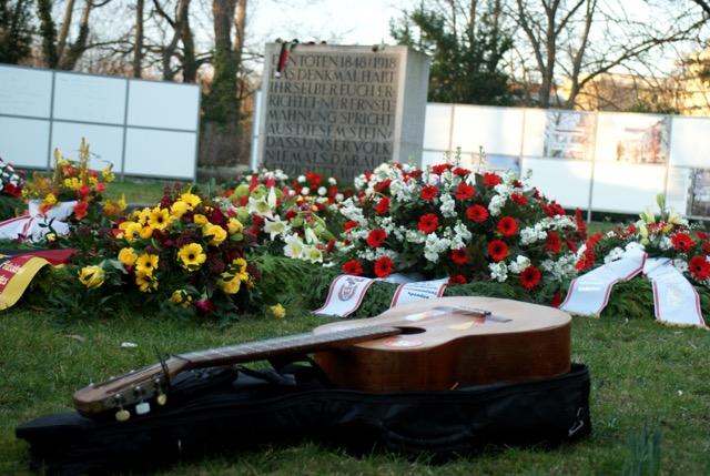 Gedenkstein Kränze Gitarre* FOto Mareen